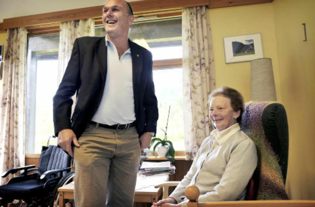 <strong>FORNØYD:</strong> Rådmannen i Modalen i Hordaland, Øyvind Olsnes, er fornøyd med at kommunen gjør det godt på helse. Her på det kommunale sykehjemmet, på besøk hos Jenny Farestveit (89).Foto: Hans A Vedlog/ Dagbladet