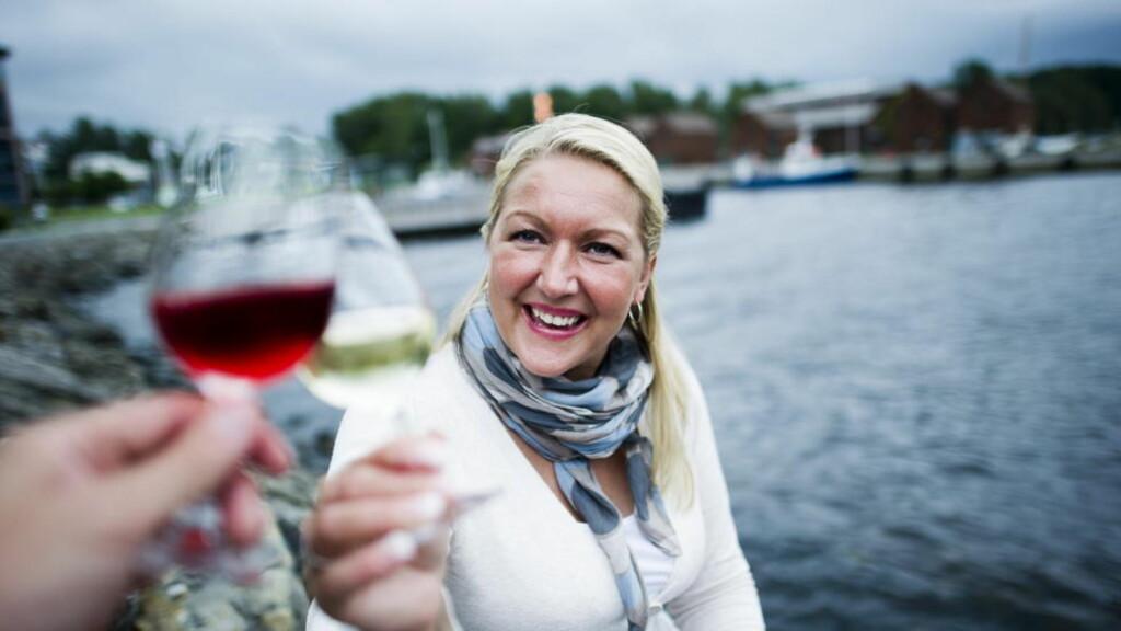 VINELSKER: Marianne Snekkestad (39) ved Vinmonopolet på CC Vest i Oslo skåler gjerne både i rosa og hvitt om sommeren. Også rødvin kan være et riktig valg til en del sommerretter.  Foto: Håkon Eikesdal