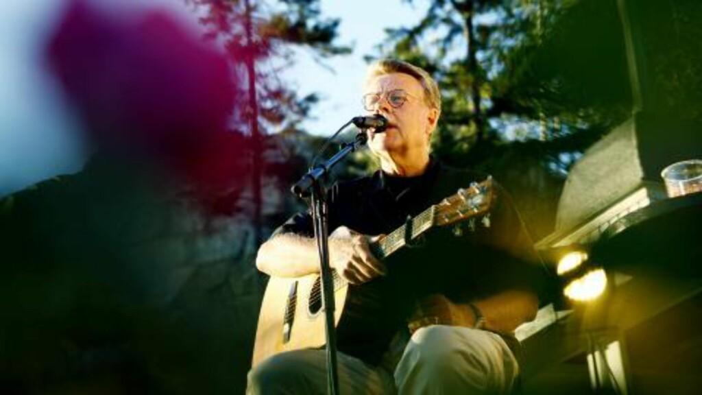 En sång til modet: Mikael Wiehe spilte på Utøya for tre år siden. Hans musikk går fra øre til øre på internett.  Her spiller han på Hankø. Foto: Sara Johannessen / SCANPIX