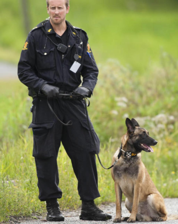 ÅSTEDSGRANSKNING: Politiet søker med hund utenfor åstedet. Foto: Per Flåthe/Dagbladet
