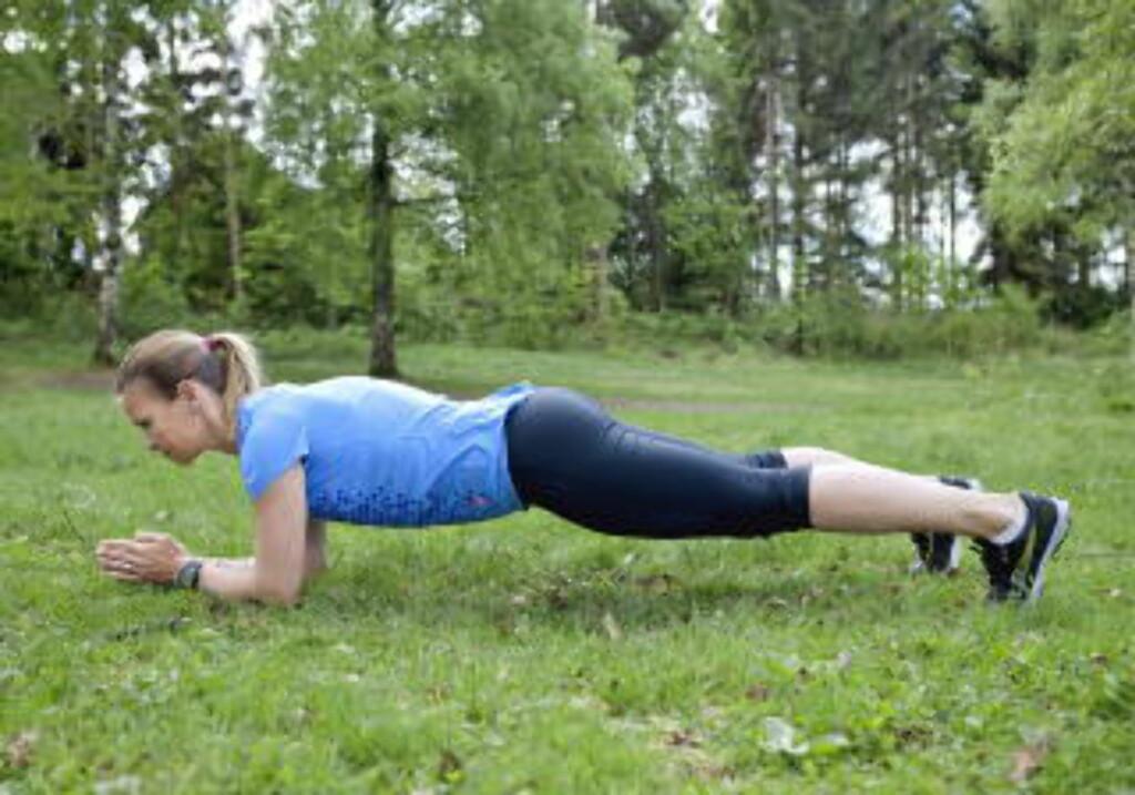 Planke, 30-åra: Ikke la ryggen synke ned i overdreven svai i planke. Tenk heller at du trekker halen litt mellom bena. Hold så lenge du kan, ta en pause og gjenta to runder til. Planken kan gjøres med variasjoner for å belaste kjernemusklene litt ulikt; løft et ben, eller rull framover på tærne, sier Jahrmann. Foto: Elisabeth Sperre Alnes