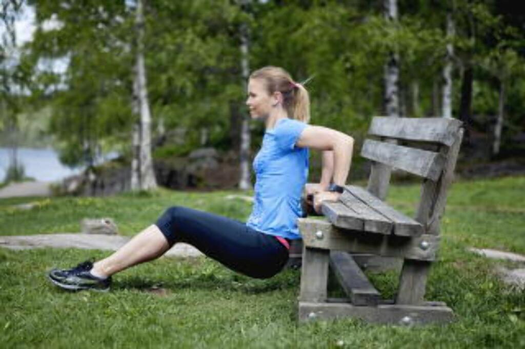 Dips, 40-åra: Trente muskler på baksiden av armen reduserer utvikling av «grevinnearmer», men fettprosent er også viktig i denne sammenhengen. Hold hendene på kanten av benken, og ha nesten rette ben. Om det blir for tungt bøyer du knærne mer. Senk deg ned ved å bare bevege i albuleddet (ikke beveg baken ned og opp), før du skyver deg opp igjen. Gjenta 10—12 ganger, så to runder til. Foto: Elisabeth Sperre Alnes