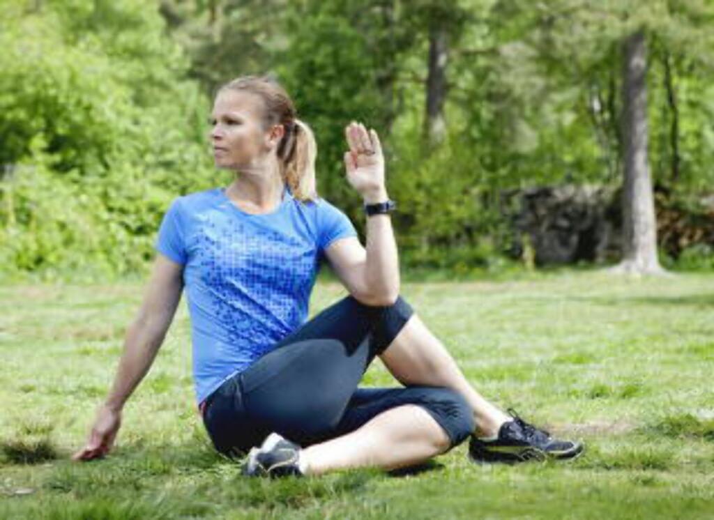 Sittende rotasjon, 50-åra: - Sitt oppreist med en fot krysset over motsatt ben (knehøyde). Ta tak på utsiden av det bøyde benet og roter hele ryggen. Du kan bøye det nederste benet også. Hold ytterstilling i 30 sekunder, ta en kort pause og gjenta. Husk å puste dypt inn og ut mens du strekker, og hold skuldrene lave. Foto: Elisabeth Sperre Alnes