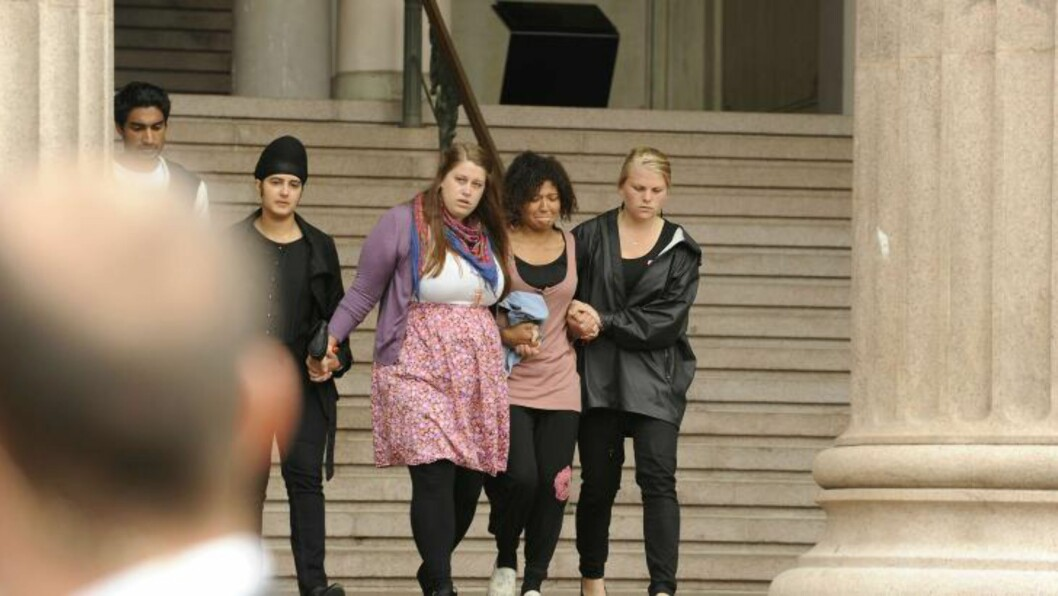 <strong>Sorg:</strong> Gråtende AUF-ere forlater universitetets aula etter å ha signert kondolanseprotokollen. Foto: John T. Pedersen / Dagbladet