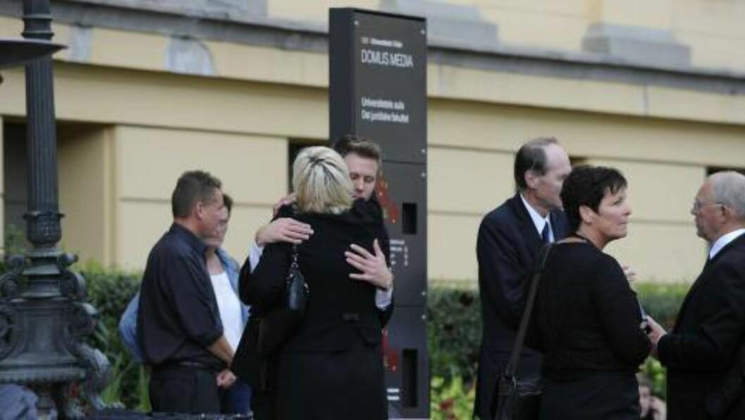 <strong>AUF-leder Eskild Pedersen får en klem av SV-leder Kristin Halvorsen Foto:</strong> John T. Pedersen / Dagbladet