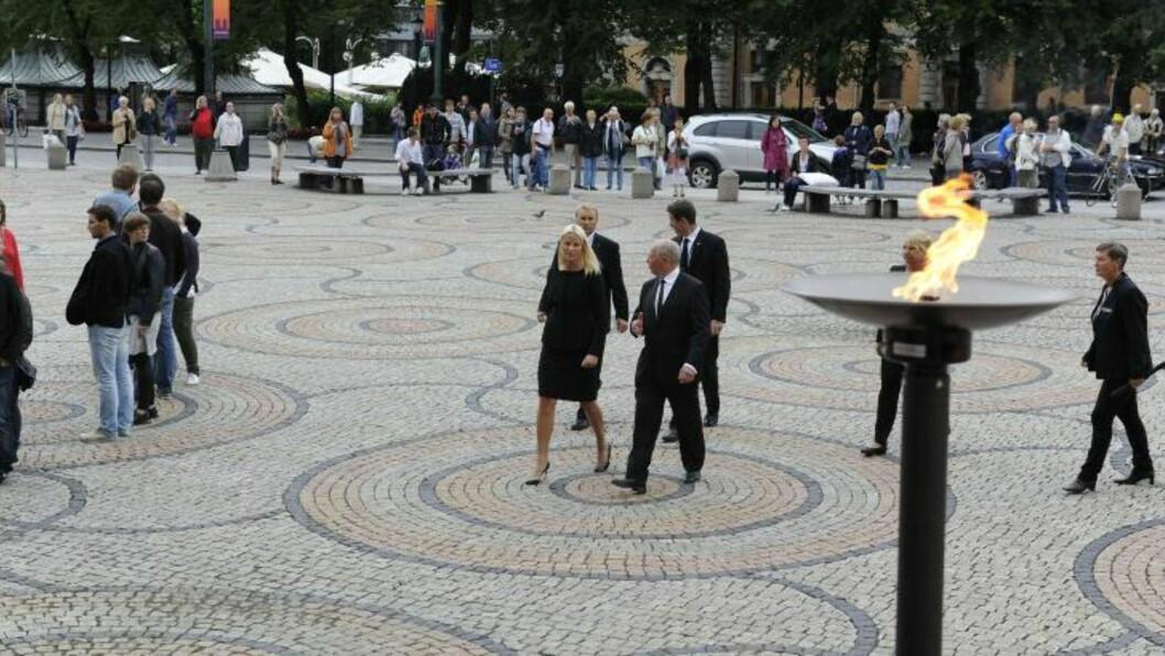 <strong> ALENE:</strong>  Kronprinsessen ankom minnestunden etter at folkemassene hadde forlatt universitetsplassen, hvor også hun signerte protokollen. Foto: John T. Pedersen / Dagbladet