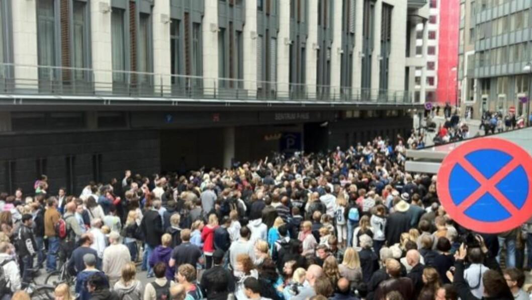 <strong>RASENDE:</strong> En stor folkemengde har samlet seg utenfor Oslo tingrett, her på baksiden ved nedkjøringen til kjellergarasjen, der Anders Begring Breivik nylig ble kjørt inn. Foto: Harald S. Klungtveit.