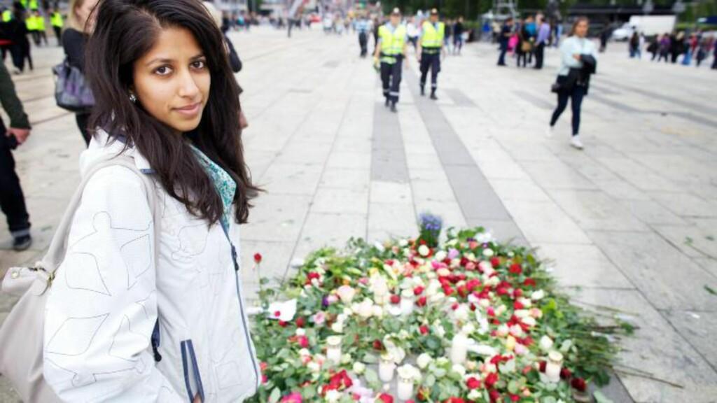 KJENNER OVERLEVENDE: Rutaba Butt (24) er medlem av Arbeiderpartiet. Hun hadde venner som overlevde massakren på Utøya. I går la hun ned en rose på Rådhusplassen i Oslo. Foto: Eirik Helland Urke / Dagbladet