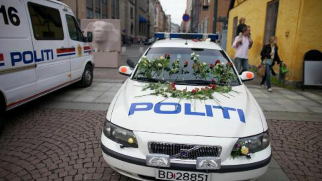 FØLGER OPPFORDRINGEN:  Folk har lagt blomster en rekke steder i Oslo. Foto: Eirik Helland Urke / Dagbladet