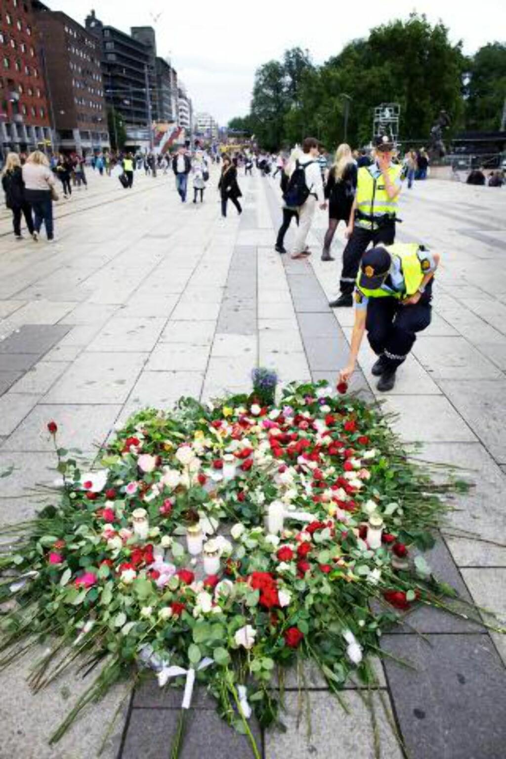 OSLO FYLT MED KJÆRLIGHET: Roser ble lagt ned utenfor rådhuset. Foto: Eirik Helland Urke / Dagbladet
