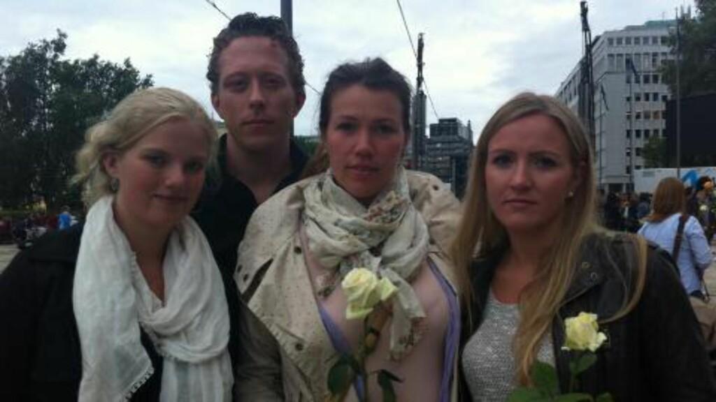 VILLE VISE RESPEKT: Vennene Ida Hauknes (26), Arnt Ove Foss (29), Lind Gustafdottir (27), og Therese Viola Wiik (25) var i dag på Rådhusplassen for å vise respekt til ofrene etter Oslo-bomben og massakren på utøya. Foto: Marie Melgård