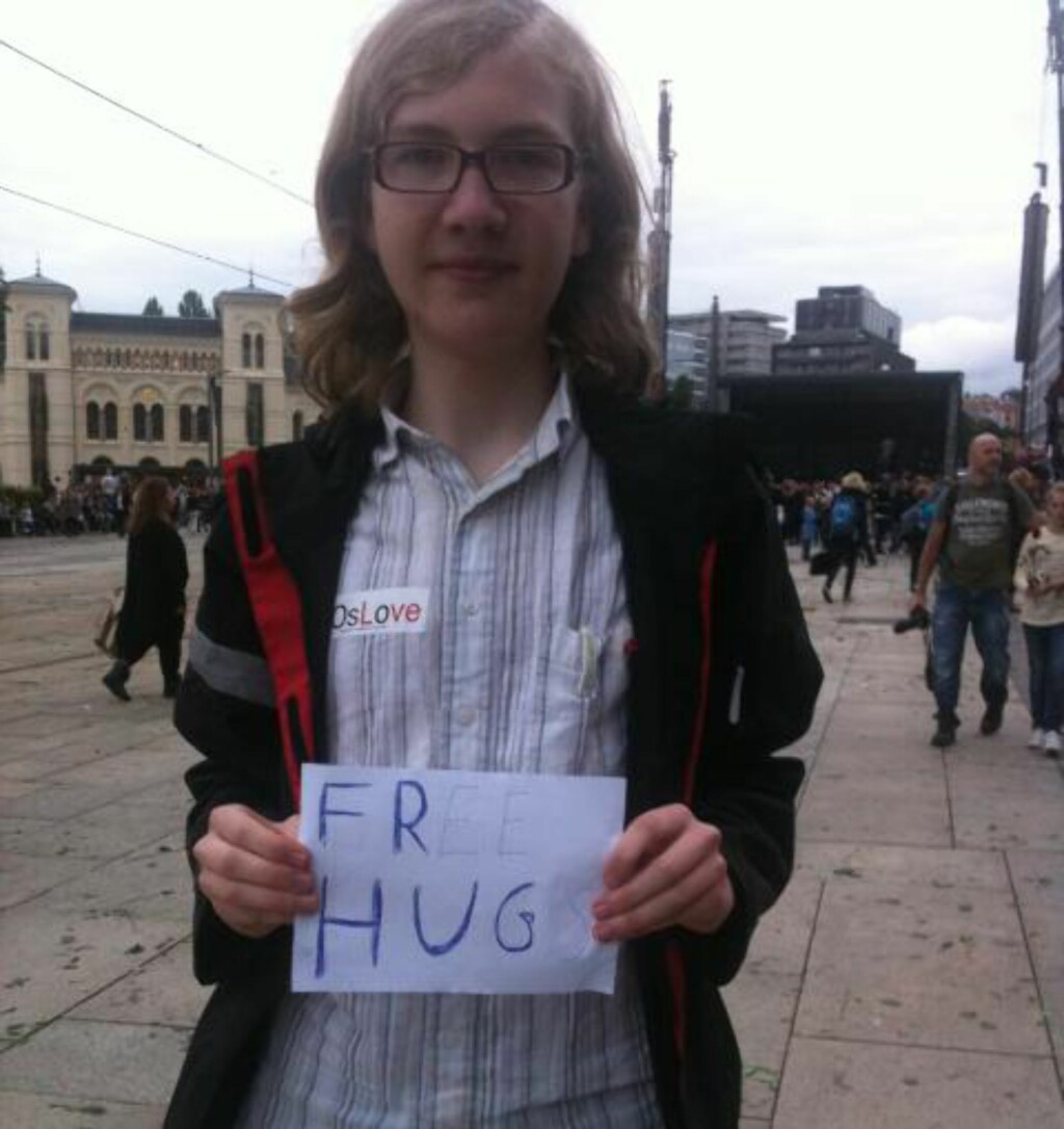 SPREDDE KJÆRLIGHET: Mikkel Almeningen (16) fra Skjetten delte ut gratis klemmer til oppmøtte på Rådhusplassen. Foto: Marie Melgård