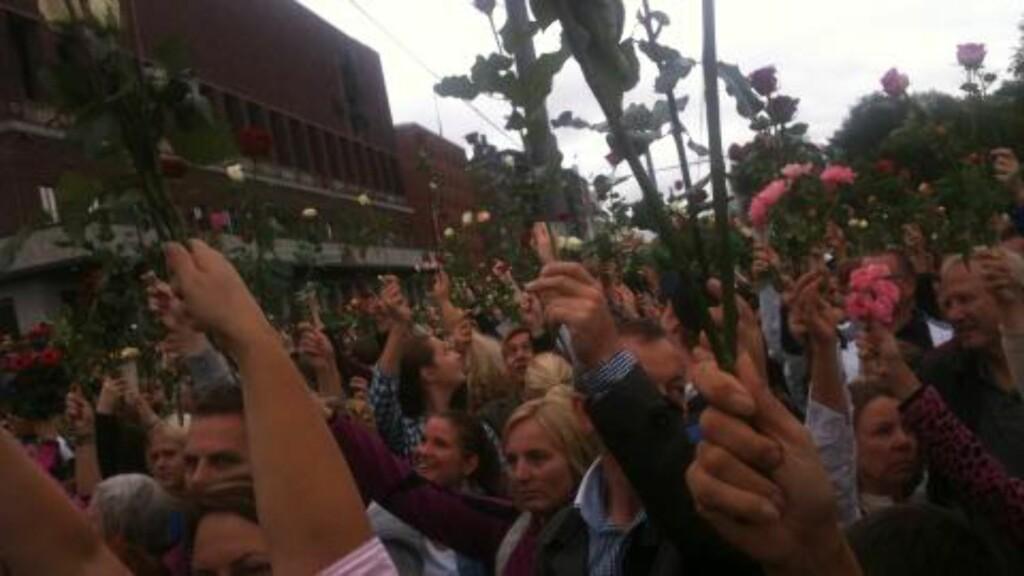LØFTET ROSER: Under minnesmarkeringen i Oslo i dag, rakk over 200 000 mennesker rosene sine i været for å vise sin respekt og sympati. Foto: Marie Melgård