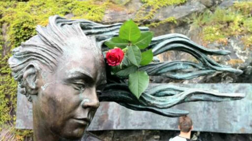 BLOMST I HÅRET  Denne statuen på Akershuskaia i Oslo har fått blomst i håret. Foto: Øistein N. Monsen