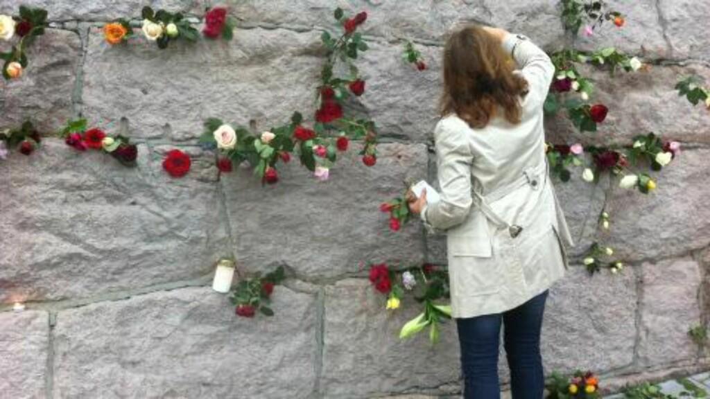 BLOMSTERMUR: Muren på veien mot Rådhusplassen ble stadig mer fylt av blomster. Foto: Lise Grønskar
