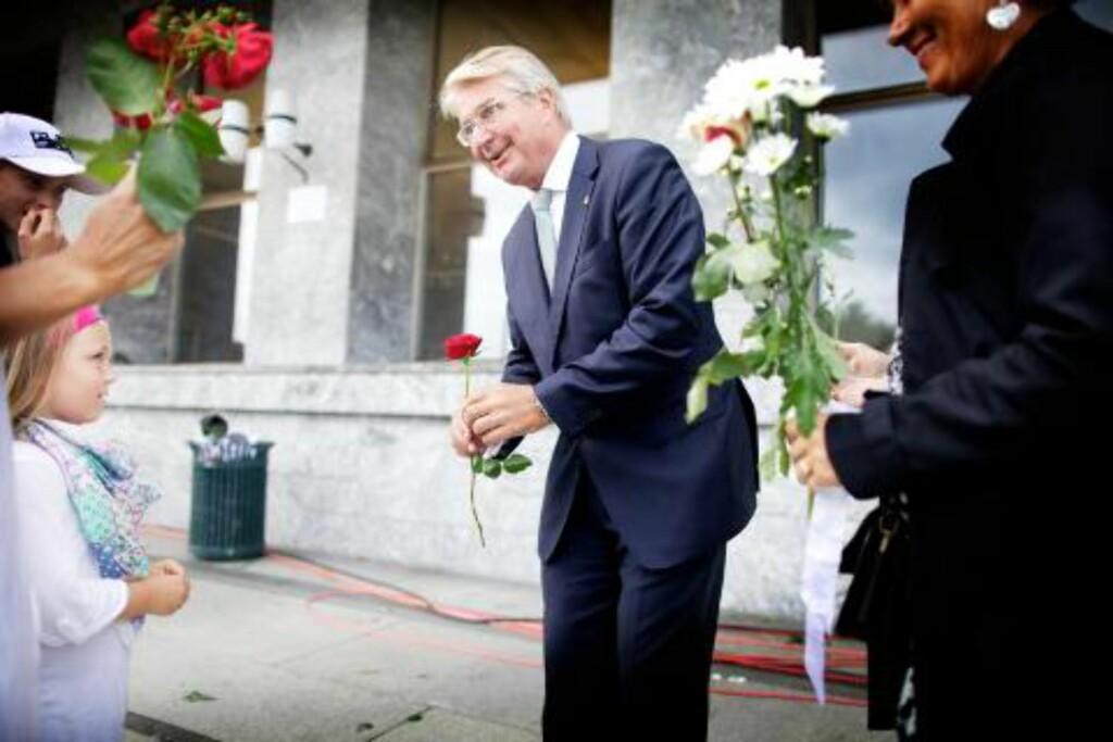GA BORT ROSE: Mathilde Ødegård Andersen (6 1/2) fra Øvre Eiker var med mamma til Oslo. Hun la ned roser, og ga også en rose til byrådsleder i Oslo, Fabian Stang.  Foto: Eirik Helland Urke / Dagbladet