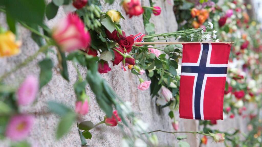 200 000 LA NED BLOMSTER: Hele Oslo ble i kveld dekket med roser i alle farger. Det var for mange som møtte opp til minnesmarkeringe, slik at den planlagte marsjen og nedleggingen av roser, måtte avlyses. Istedenfor  ble blomster lagt ned rundt omkring i Oslo. Foto: Eirik Helland Urke / Dagbladet