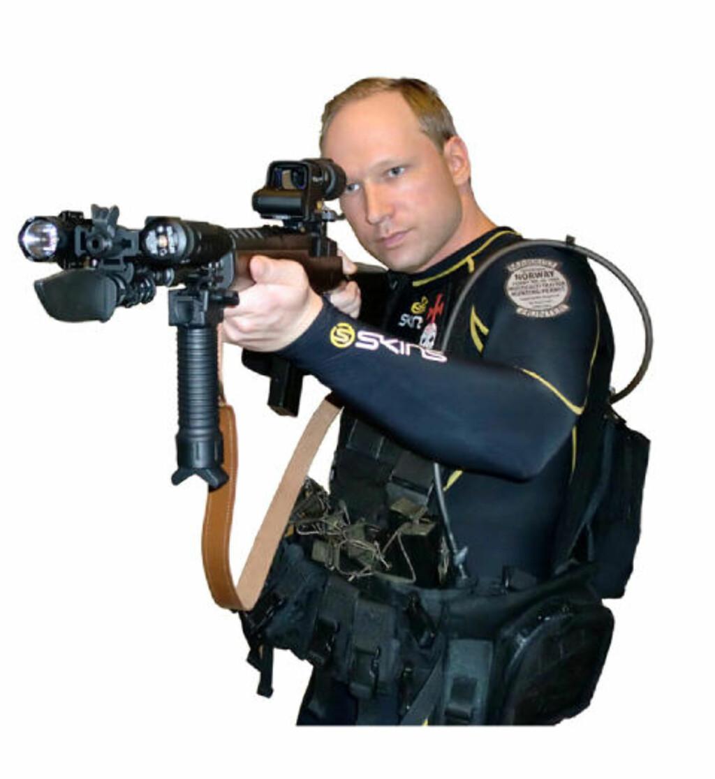 FREMSTILTE SEG SOM EN SOLDAT: Behring Breivik avbildet i manifestet med en 223-rifle av merket Ruger Mini-14. Breivik skal også ha vært utstyrt med en pistol av type Glock 9 millimeter da han gjennomførte massakren.  Foto: Faksimile fra manifestet/Scanpix