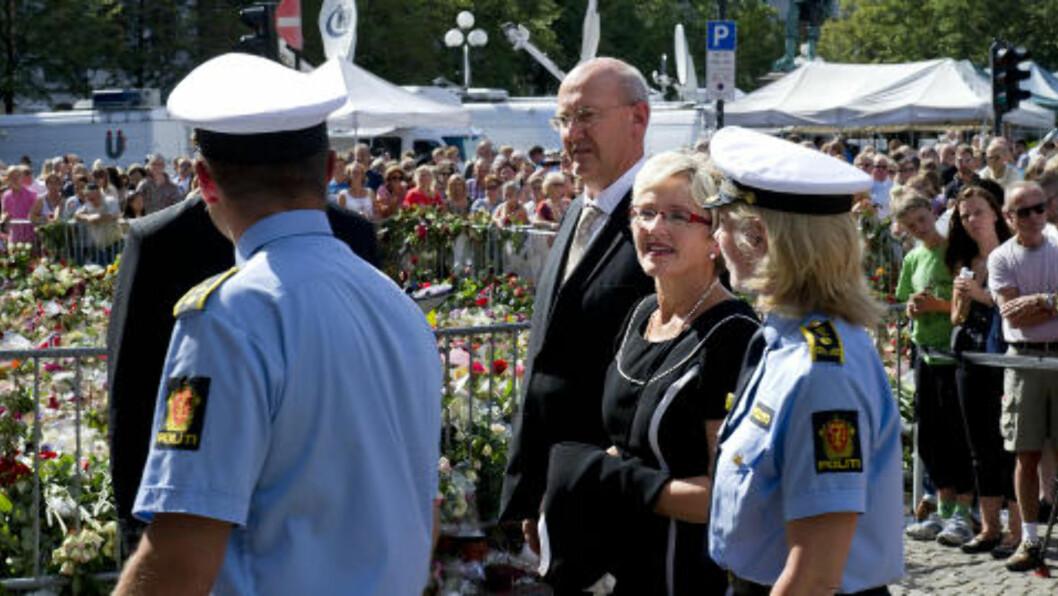 <strong>MINNES OFRENE:</strong>Både politikere, pårørende og ofre har møtt opp i Oslo domkirke, blant dem politiker Liv Signe Navarsete. Foto: Øistein Norum Monsen / DAGBLADET