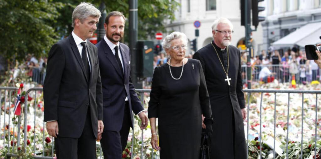 DELTOK:  Kronprins Haakon og prinsesse Astrid deltok på minnekonserten. De ble hilst velkommen av biskop Ole Christian Kvarme.  Til venstre kringkastingssjef Hans-Tore Bjerkaas. Foto: Erlend Aas / Scanpix