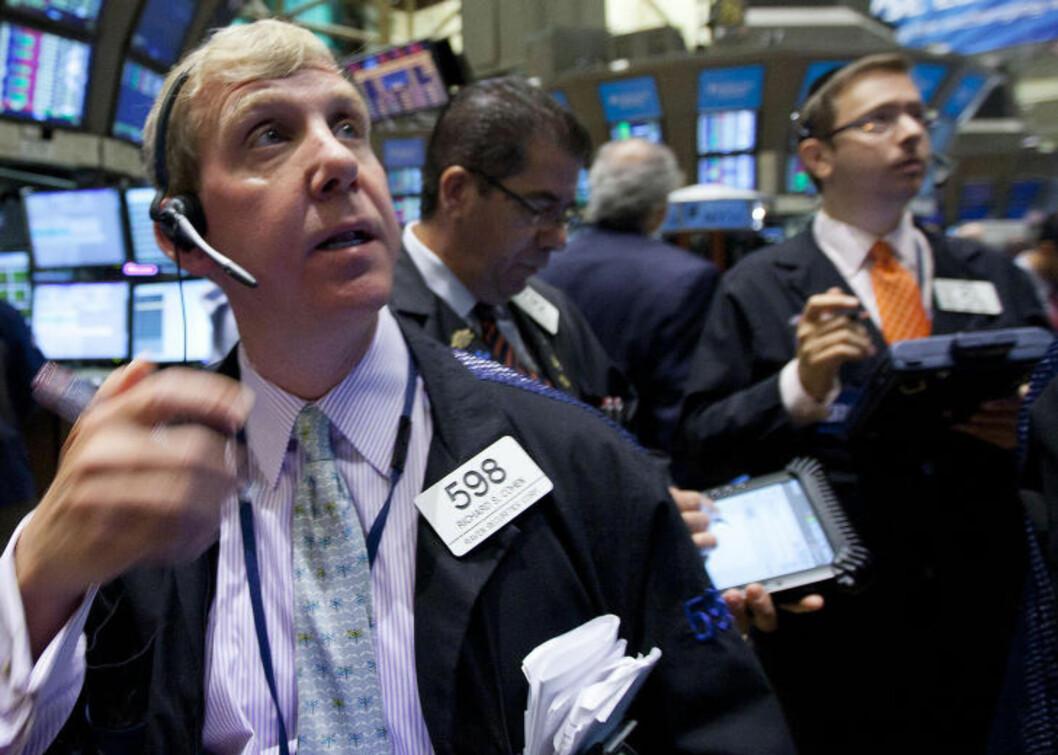 <strong>WALL STREET:</strong> Mange mente at markedet allerede hadde tatt høyde for at den amerikanske statsgjelda kunne bli nedskrevet. De tok feil. S&amp;Ps nedgradering til AA+ førte til et stort fall på børsene i hele verden i dag. Her fra Wall Street. Foto: AP Photo/Jin Lee/Scanpix