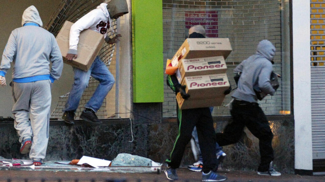 <strong>PLYNDRER:</strong> Når ansiktene på mobben nå kommer fren viser det seg at det slettes ikke bare er sint, fattig ungdom som står bak opptøyene. Foto: REUTERS/Darren Staples