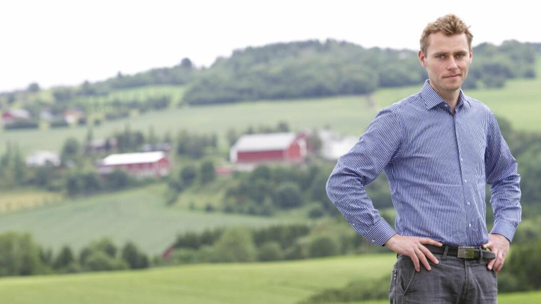 <strong>FÅR REFS:</strong> Her er olje- og energiministeren fotografert rett ved gården han driver ved siden av politikken. Foto: Ole Morten Melgård