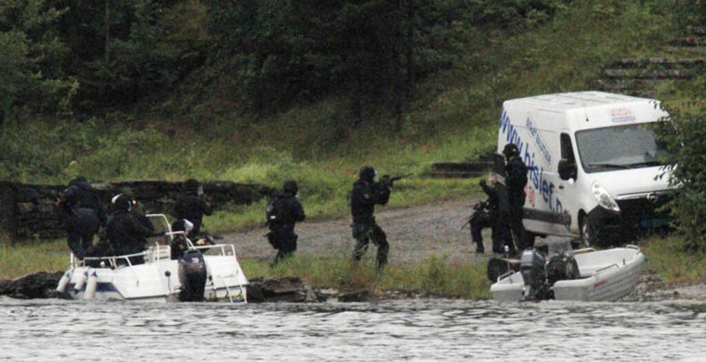 VIRKELIGHET: Delta-troppen og tjenestemenn fra Nordre Buskerud politidistrikt går i land på Utøya klokka 18.25 fredag 22. juli. Foto: JAN BJERKELI / REUTERS / SCANPIX