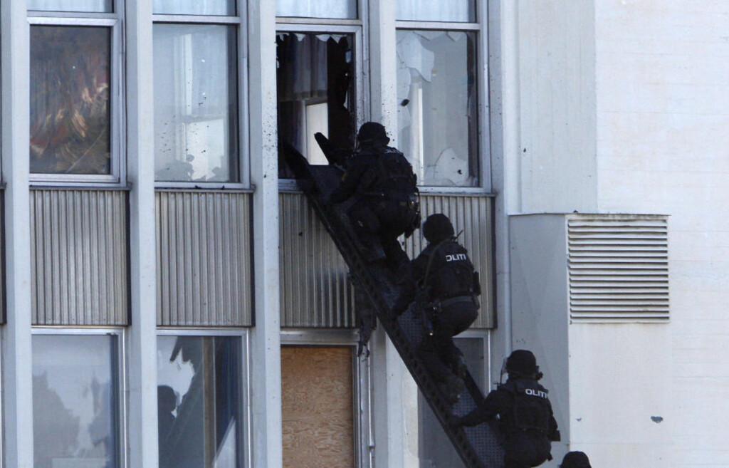 ØVELSE: Politiets beredskapstropp, den såkalte Delta-gruppa, drilles jevnlig i ulike krisescenarioer, inkludert terroraksjoner. Her fra en demonstrasjon på Fornebu i 2008. Foto: LISE ÅSERUD / SCANPIX