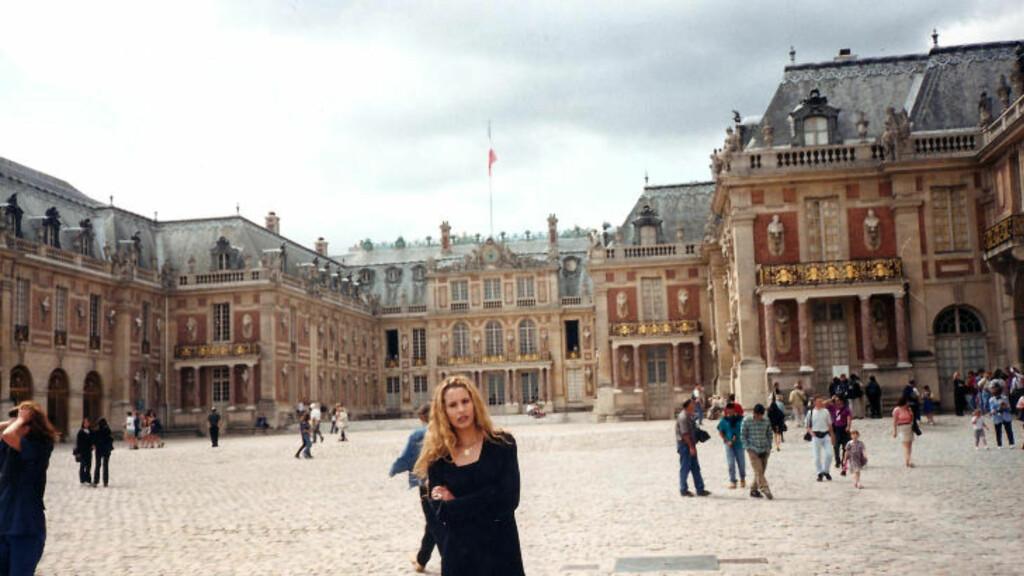 POSERER FORAN VERSAILLES: Her poserer Muammar Kadhafis datter, Aisha, foran slottet i Versailles utenfor Paris i et udatert bilde funnet i et fotoalbum i Bab al-Aziziya. Foto: Stella Pictures