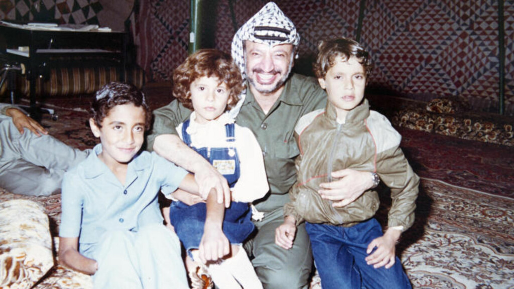 POSERER MED ARAFAT: Her poserer Kadhafis barn Saadi, Aisha og Mutassim sammen med den tidligere palestinske lederen Yasir Arafat. Foto: Stella Pictures