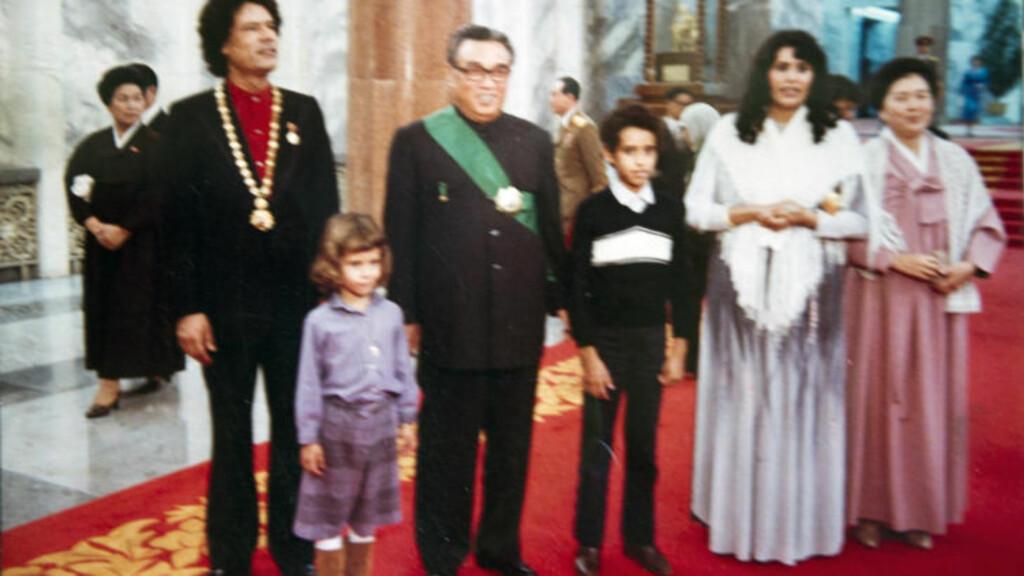 MED NORD-KOREAS DIKTATOR: Her poserer Muammar Kadhafi (t.v) og flere familiemedlemmer (barna Aisha og Saif al-Islam og kona Sofia) sammen med den tidligere nordkoreanske lederen Kim Il Sung. Foto: Stella Pictures