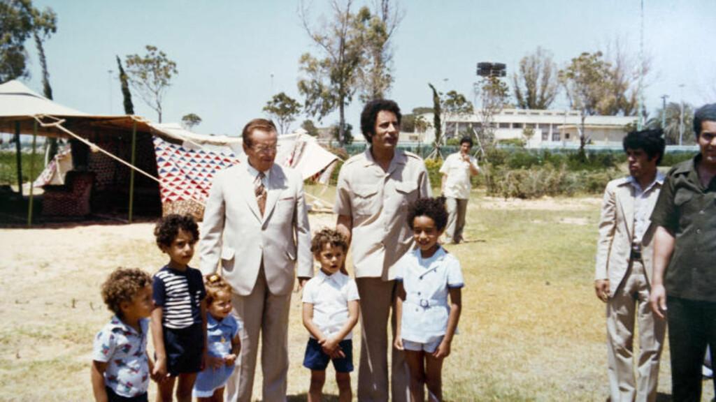 MED TITO: Her blir Muammar Kadhafi og familien hans avbildet sammen med  tidligere Jugoslavias-leder Josip Broz Tito. Foto: Stella Pictures