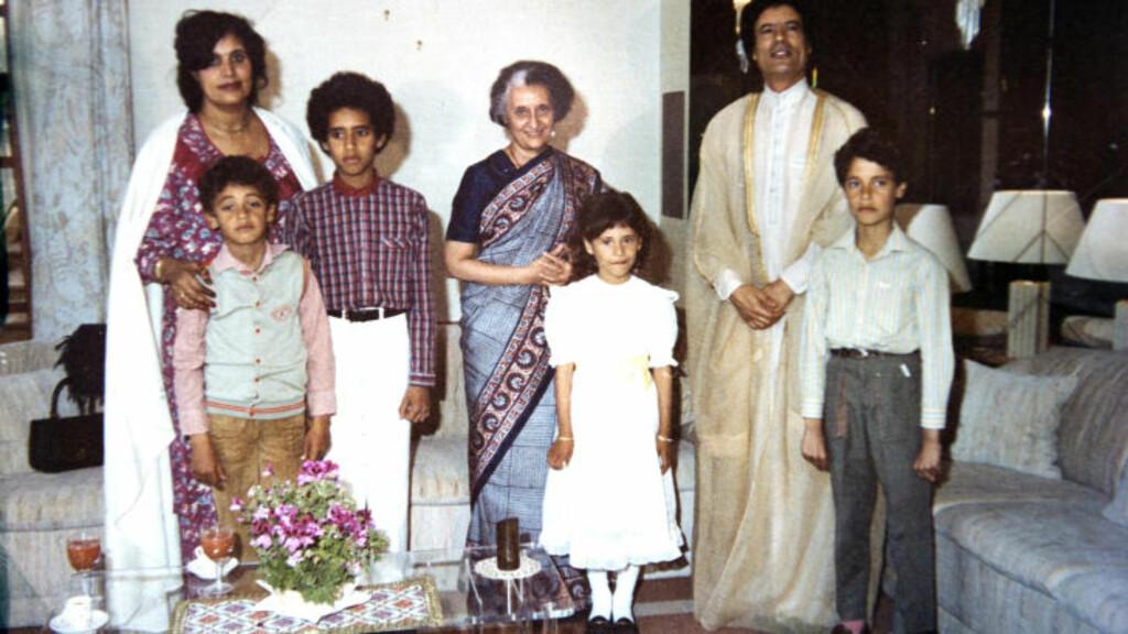 INDIRA GANDHI: Her poserer Kadhafis kone Sofia (f.v.), barna Hannibal, Saif al-Islam, Aisha og Mutassim sammen med pappa Muammar og Indias tidligere leder Indira Gandhi. Foto: Stella Pictures