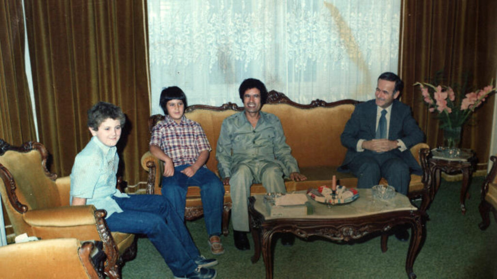 SAMMEN MED SYRIAS MAKTFAMILIE: Her sitter en smilende Muammar Kadhafi i en sofagruppe sammen med Syrias tidligere president Hafez al-Assad og hans sønner Bassel og Maher (L) i Damaskus. Foto: AFP/Scanpix