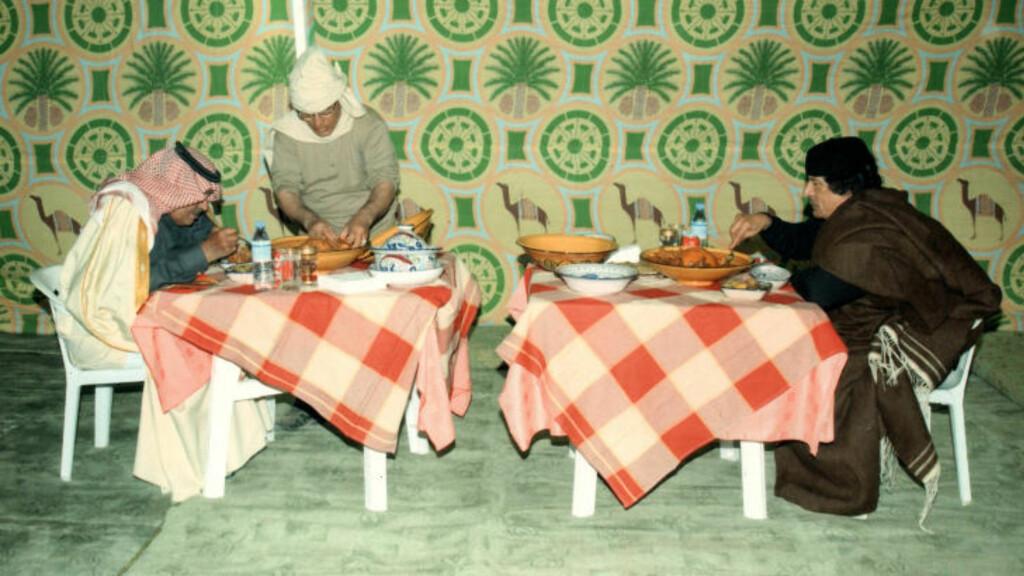 SPISER MAT: Muammar Kadhafi er også avbildet mens han nyter et måltid sammen med den saudiske prinsen Nayef bin Abdul Aziz (t.v). Foto: AFP/Scanpix