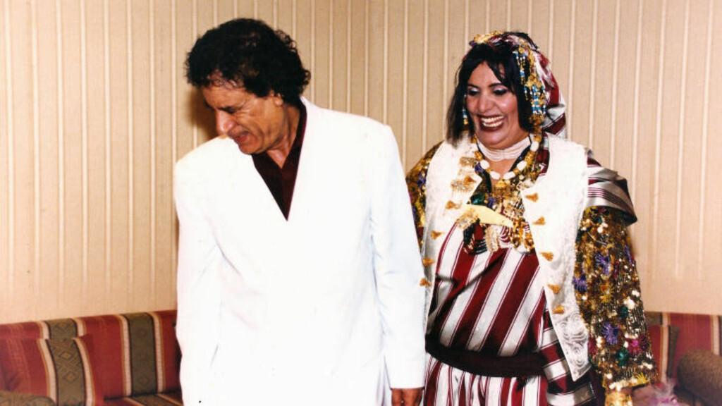 GLADE ØYEBLIKK: Her smiler Muammar Kadhafi og kona Sofia på et bilde fra i fotoalbumet. Foto: Stella Pictures