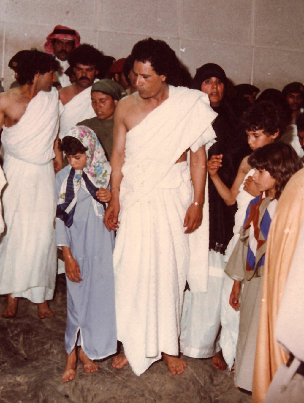 PILGRIMSFERD: Her er Libyas leder Muammar Kadhafi på pilgrimsferd i Mecca sammen med familien. Foto: Stella Pictures