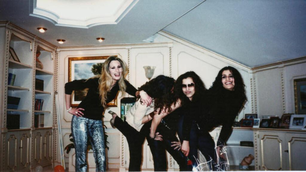SAMMEN MED VENNER: Her poserer Aisha Kadhafi sammen med venninner. Foto: Stella Pictures