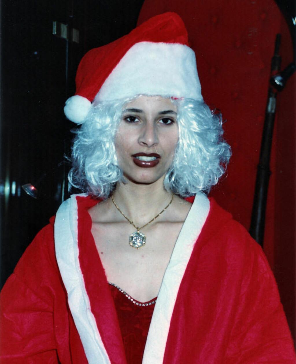 POSERER SOM JULENISSE: Her er Aisha Kadhafi ikledd julenissedrakt. Foto: Stella Pictures