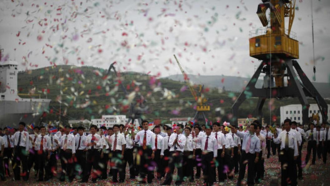 BRASK OG BRAM: Tilskuerne vinket skipet av gårde på jomfruturen, mens det regnet fargerik konfetti.Foto: CARLOS BARRIA/REUTERS/SCANPIX