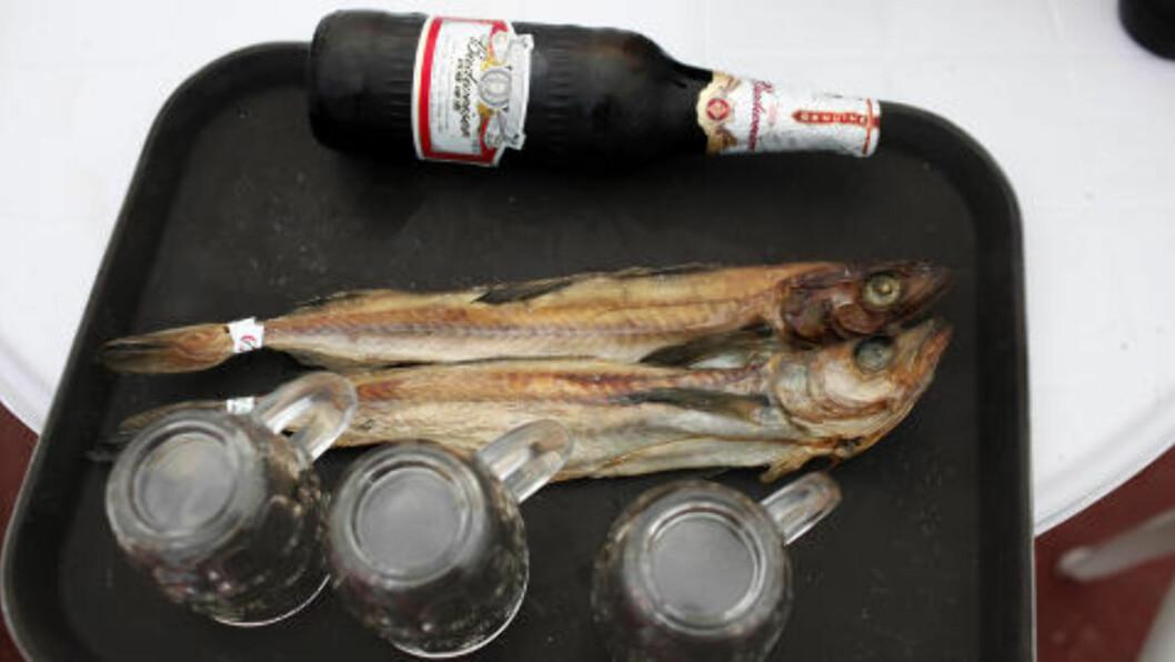 SNACKS: Enkle måltider ble servert på kafeteriavis på brett, slik som øl og tørket fisk. Foto: CARLOS BARRIA/REUTERS/SANPIX