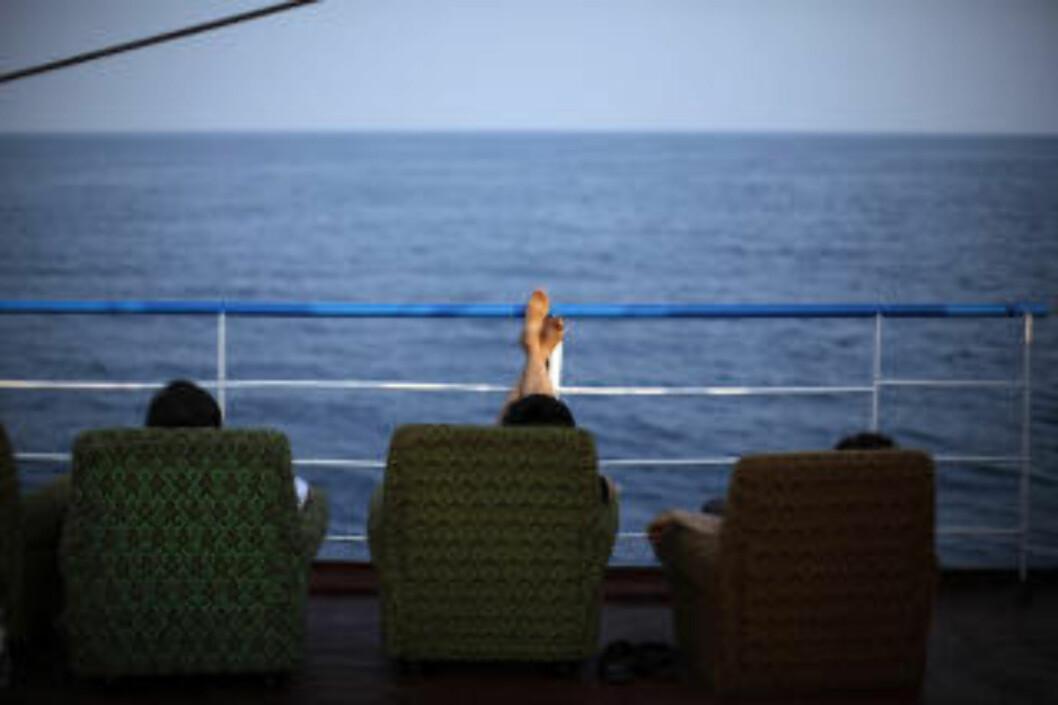 UTSIKT: Du kan nyte avslappende timer fra lenestoler på dekk ombord på cruiseskipet Mangyongbong. Foto: CARLOS BARRIA/REUTERS/SCANPIX