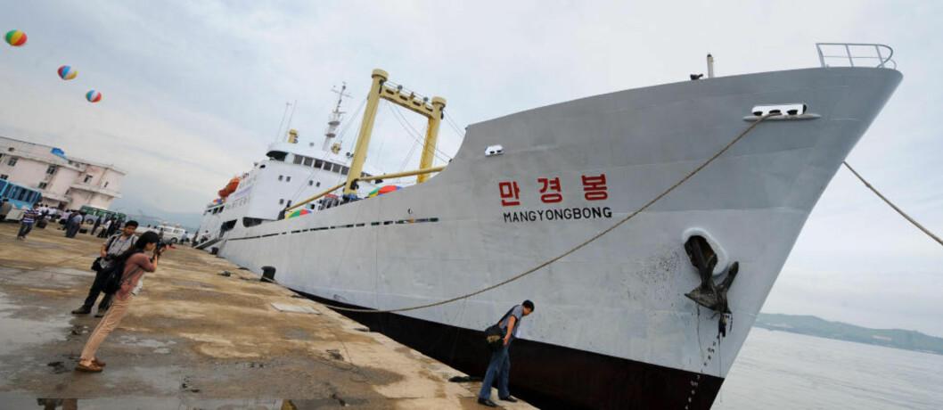 CRUISESKIP: Mangyongbong er Nord-Koreas første cruiseskip. Det minst luksuriøse cruiset i verden, hevder britiske The Daily Mail. Du må dele de trange lugarene med ukjente medpassasjerer og skipet er rustent. Foto: GOH CHAI HIN/AFP/SCANPIX