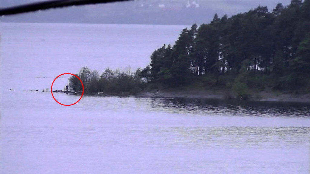 LIKE FØR SLUTTEN: Bildet, som er hentet fra en amatørvideo, viser Breivik helt på slutten av Utøya-massakren. Få minutter etter ble han pågrepet av politiets beredskapstropp. Foto: PRIVAT