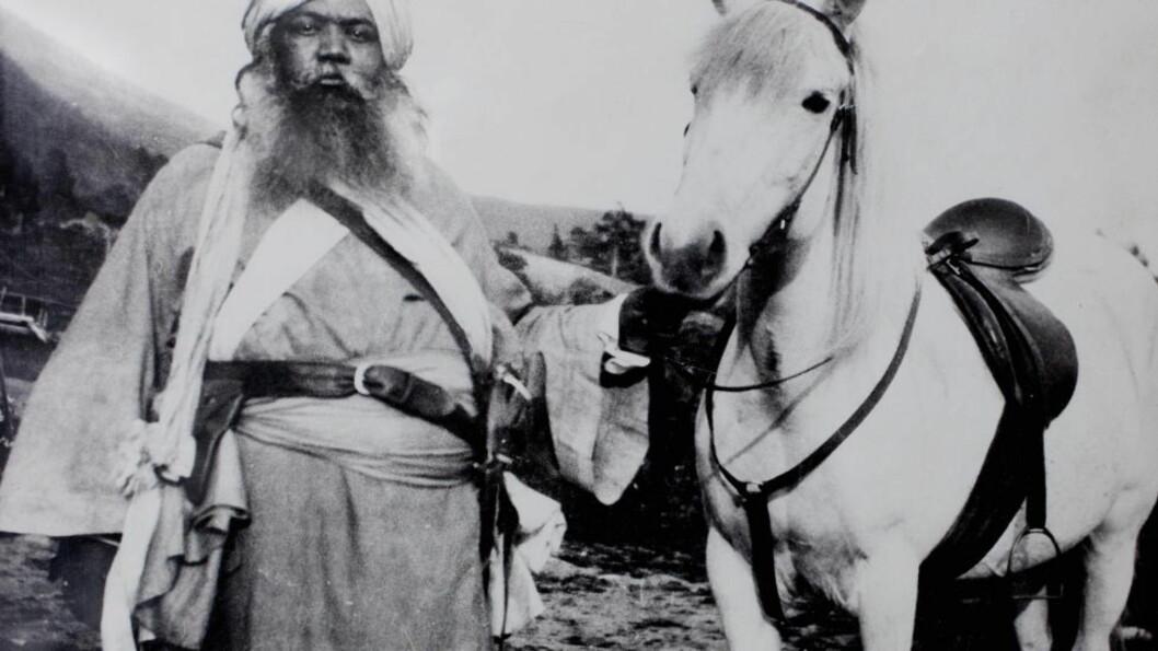 <strong> Grunnlegger Surenda Nath Baral:</strong>. Det sies også at han fikk mangt et kvinnehjerte til å banke da han som ung mann kom ridende på den hvite hesten sin. Foto: Privat.