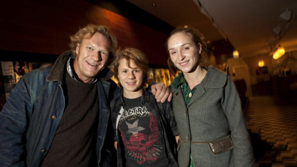 PÅ KINO: I går var de sammen på kino for første gang for å se filmen, Sven Nordin (far), punkesønnen i filmen, Åsmund Høeg og moren Sonja Richter.