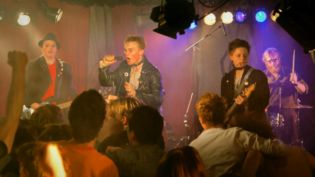 PUNKEBAND: Far og sønn, hippie og punker, bestemmer seg for å gi faen - og ender opp å spille i samme band. Foto: Fra filmen