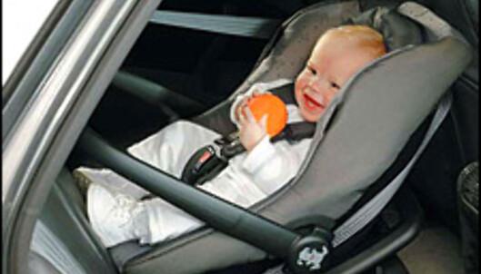 Sett ikke et fremovervent barnesete i fremre passasjersete uten at kollisjonpsuten er deaktivert. Sats heller på bakovervendt plassering i baksetet.