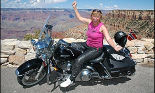 GURIs GUTTEDRØM BLE VIRKELIG: - Endelig er drømmen om Route 66 realisert. Min beste reiseopplevelse noensinne, sier Guri Bitnes Wiik fra Namsos, og stråler om kapp med Grand Canyon i bakgrunnen.  Foto: www.route66usa.info